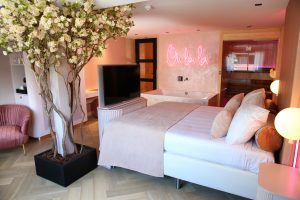 Pink hotelsuite met sauna en jacuzzi op de kamer