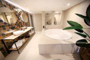 Grote suite met grote ronde jacuzzi voor twee personen in Van der Valk hotel