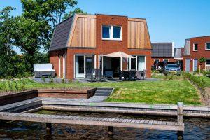 Huisje met Jacuzzi aan het Sneekermeer