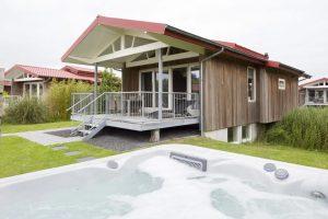 Roompot huisje met jacuzzi aan het water