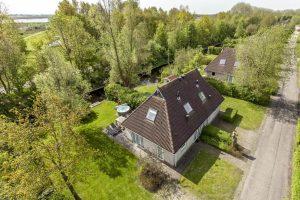 Huisje met Jacuzzi aan het water in Friesland voor 4 personen