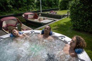 Huisje met boot en buiten jacuzzi voor 6 personen