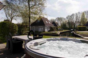 Huisje met jacuzzi en boot op gezellig Bungalowpark