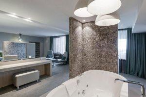 Jacuzzi suite met panoramisch uitzicht bij Van der Valk Dordrecht